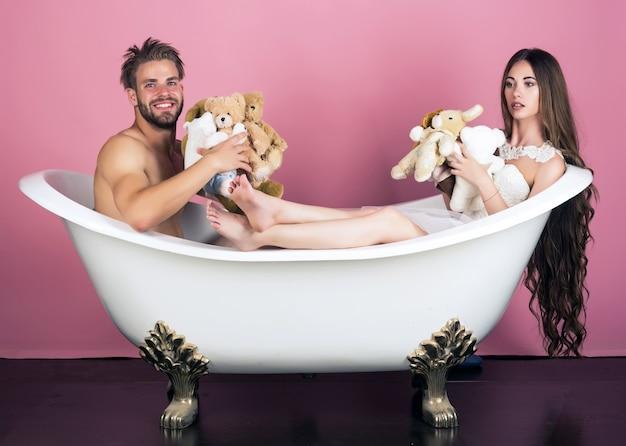 Coppia di uomo e donna con i capelli lunghi in bagno