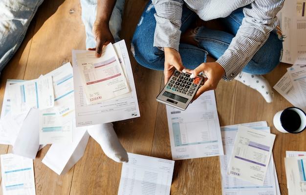 Coppia che gestisce il debito