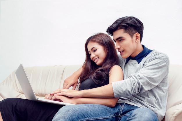 Un paio di uomini e donne usano i laptop per ordinare prodotti online. e fare progetti per il loro futuro