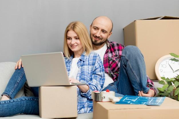 Coppia trasferirsi in una nuova casa