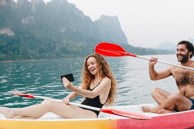 Coppia pagaiare in canoa