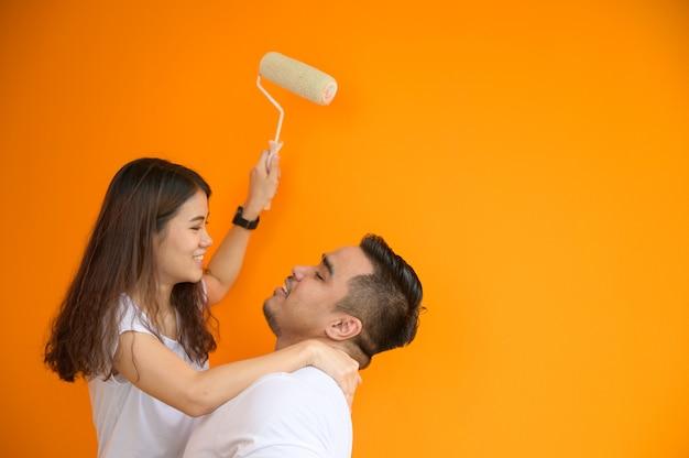 Coppia che dipinge la parete, concetto adorabile