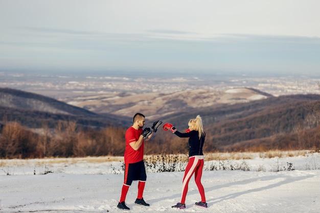 Coppia pratica box a neve in natura