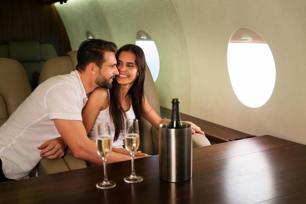Coppia su jet privato
