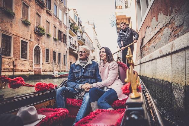 Coppia in barca a vela in gondola veneziana