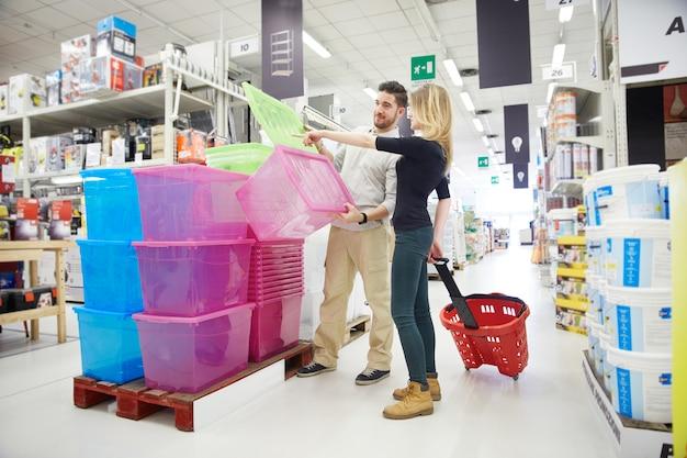 Coppia shopping al negozio di ferramenta