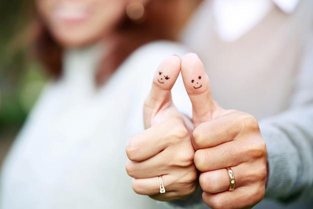 Coppia che mostra i loro anelli di nozze