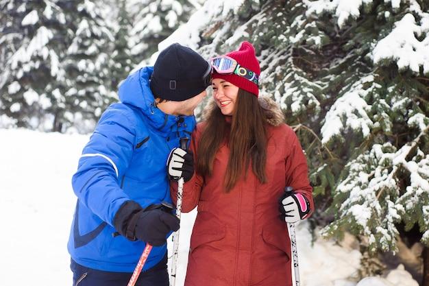 Coppia sciare insieme nella foresta
