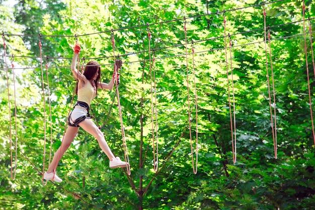 Le coppie trascorrono il loro tempo libero in un corso di corde. uomo e donna impegnati in arrampicata su roccia,