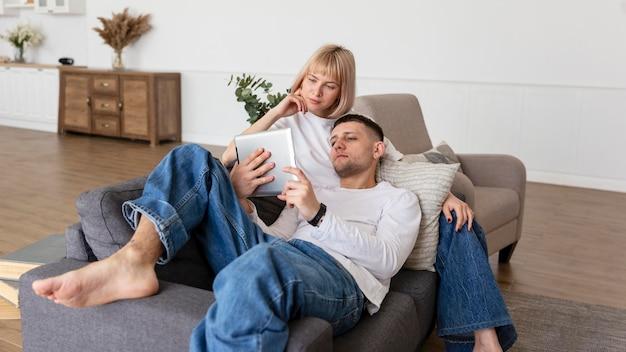 Coppia trascorrere del tempo di qualità insieme a casa