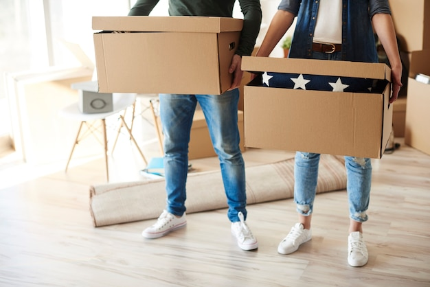 Coppia in piedi con scatole di cartone