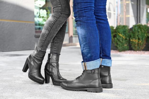 Coppia in scarpe alla moda sulla strada della città
