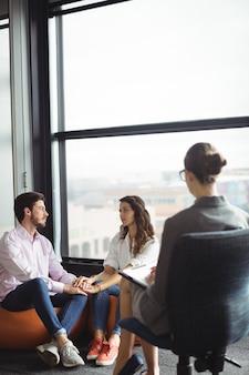 Coppia di parlare con un consulente matrimoniale