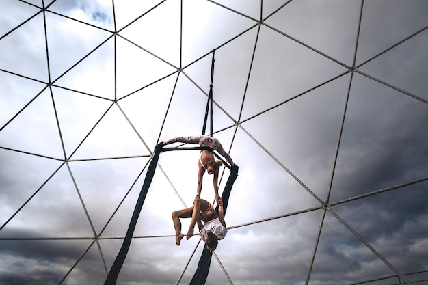 Coppia team peole di acrobatice air dance che si allena insieme per un'esibizione perfetta, equilibrata e sincronizzata