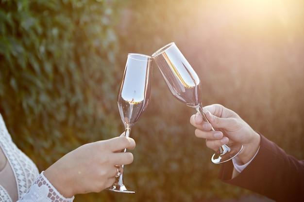 Coppia tostatura bicchieri di vino per la celebrazione