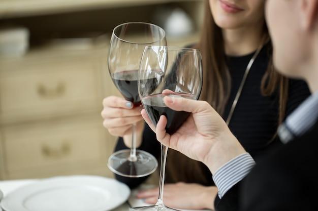 Coppia brindando bicchieri di vino