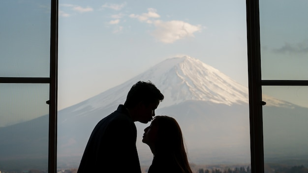 Turista di coppia in dolce momento a mt. fuji, lago kawaguchiko, giappone.