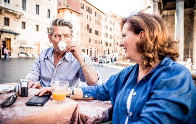 Coppia di turisti in vacanza a roma