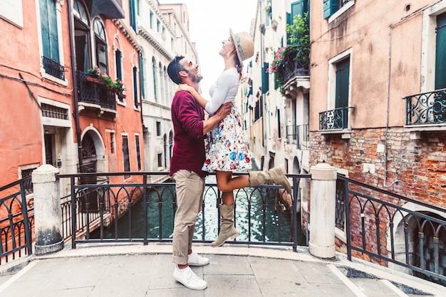 Coppia di turisti che hanno un weekend romantico a venezia.