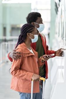 La coppia viaggia durante l'epidemia di covid
