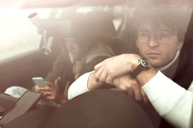 Coppia che viaggia in macchina insieme