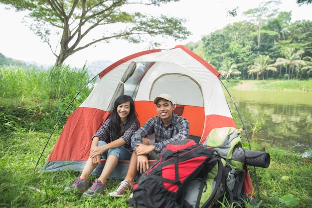 Coppia viaggiando e trascorrendo del tempo in campeggio