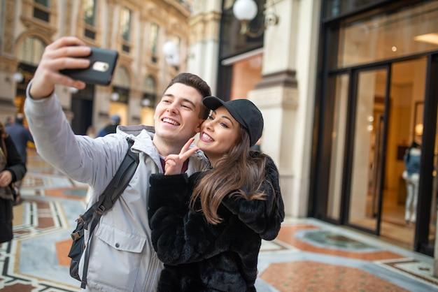 Coppia di turisti che si fanno un selfie in una città europea