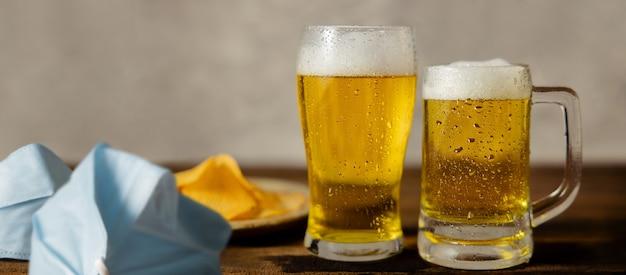 Coppia o due amici che bevono birra nel concetto di situazione covid-19