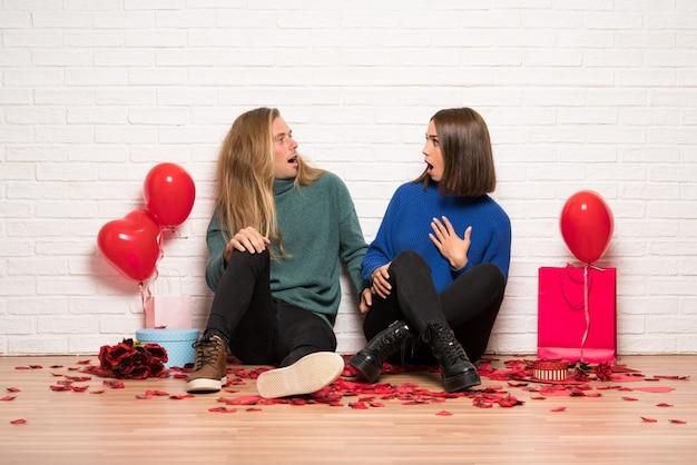 Coppia nel giorno di san valentino con sorpresa e scioccato espressione facciale