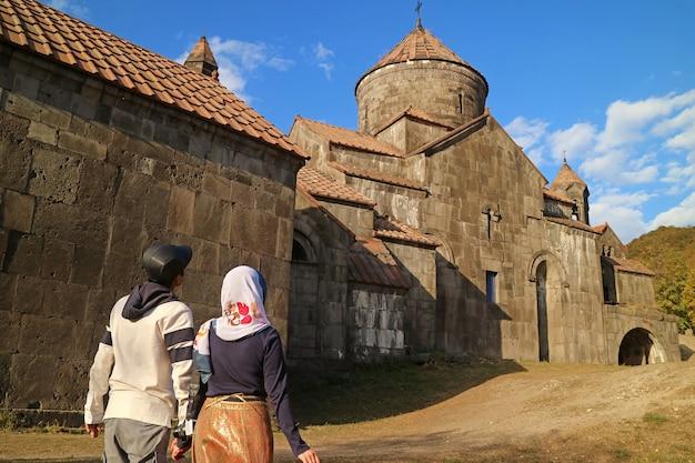 Coppia in visita al monastero di haghpat, un notevole sito del patrimonio mondiale dell'unesco nella provincia di lori armenia