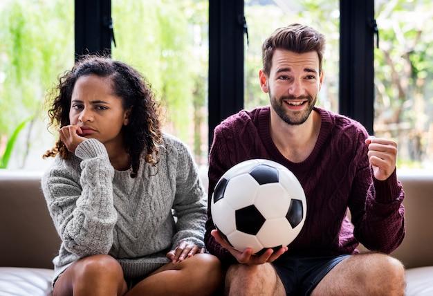 Coppia guardando una partita di calcio