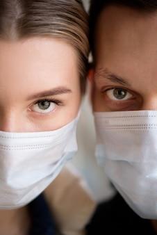 Coppia che indossa la maschera facciale durante il coronavirus in aeroporto