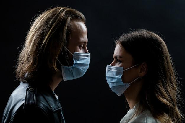 Coppia che indossa una maschera protettiva, pandemia e concetto di sentimenti. stile di vita covid-19.