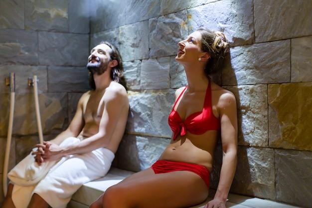 Coppia nel bagno di vapore spa benessere