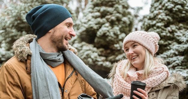 Coppia in inverno essendo carino insieme