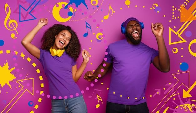 Coppia con auricolare ascolta musica e balla con energia su sfondo viola con forme pop
