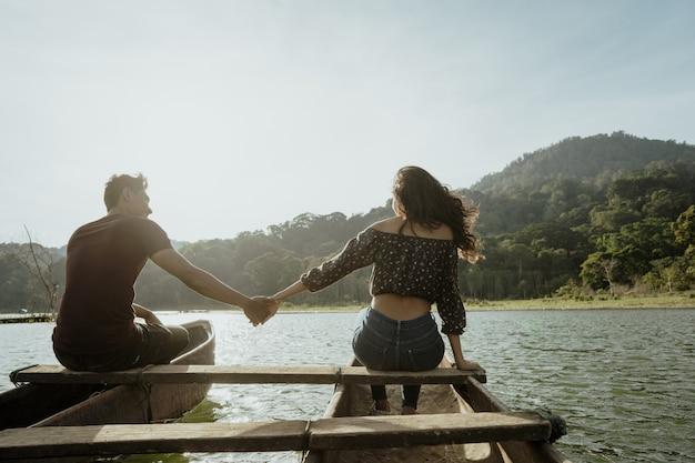 Coppia con canoa tradizionale insieme su un lago