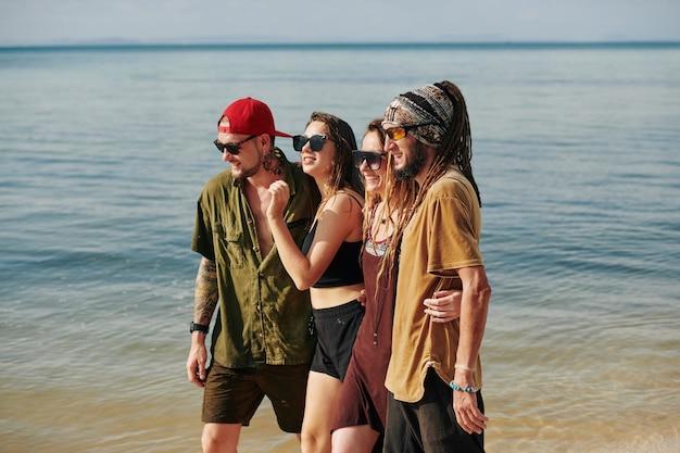 Coppie che trascorrono le vacanze al mare