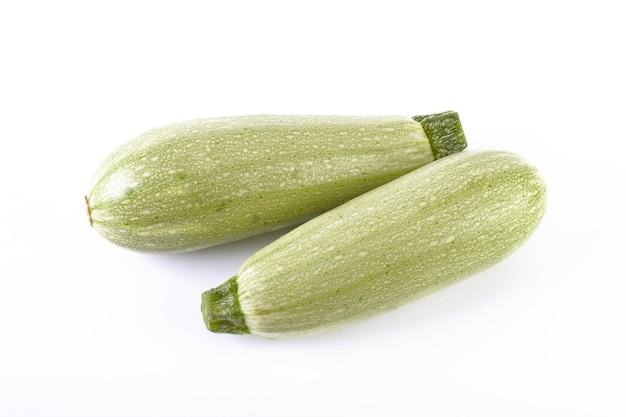 Zucchine su uno sfondo bianco. le zucchine sono fresche e deliziose. verdure fresche su uno sfondo bianco.