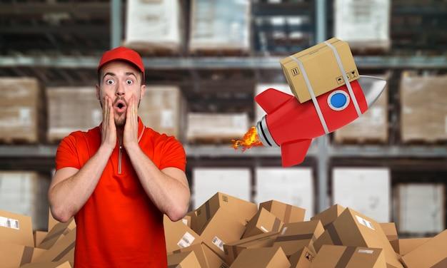 Courier ha un'espressione meravigliata riguardo a una grande promozione. concetto di consegna veloce come un razzo.