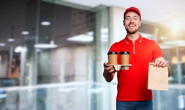 Il corriere è felice di consegnare caffè caldo e cibo a casa
