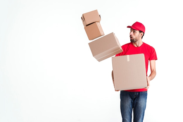 Il corriere lascia cadere le caselle postali e sembra spaventato