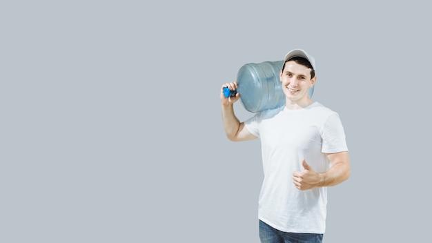 Uomo o venditore del corriere che consegna l'acqua in una bottiglia