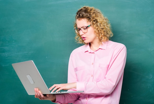Corso a scuola. tecnologia moderna. ragazza nella scuola moderna. concetto di e-learning. educazione via internet. donna insegnante alla lavagna. studente con computer. formazione in linea. scuola commerciale.