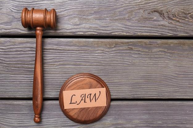 Corte e concetto di diritto. martello di legno piatto laici sul tavolo.