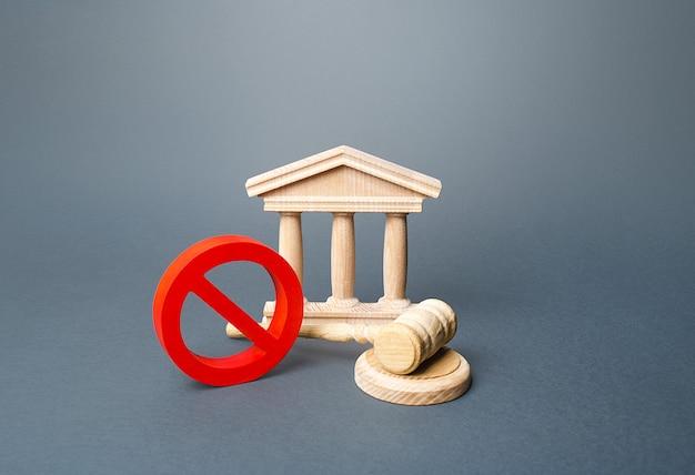 Palazzo di giustizia e segno di divieto rosso no.