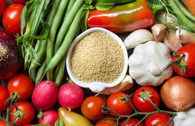Couscous in una ciotola e vista dall'alto di verdure fresche