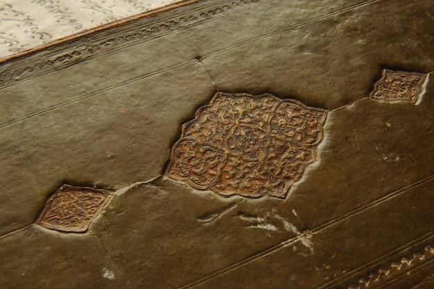 Copertina di un antico libro arabo. antichi manoscritti e testi arabi
