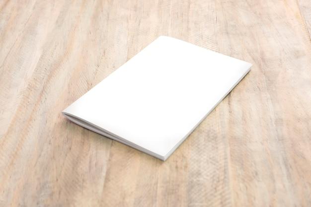 Modello di copertina del libro su legno.