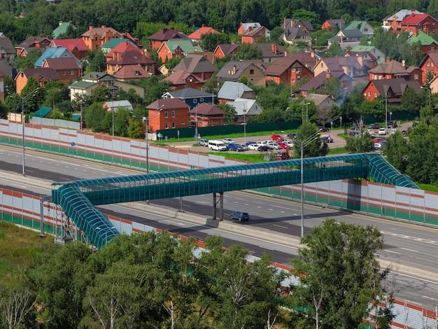 Ponte pedonale coperto sull'autostrada attraversamento pedonale pedonale